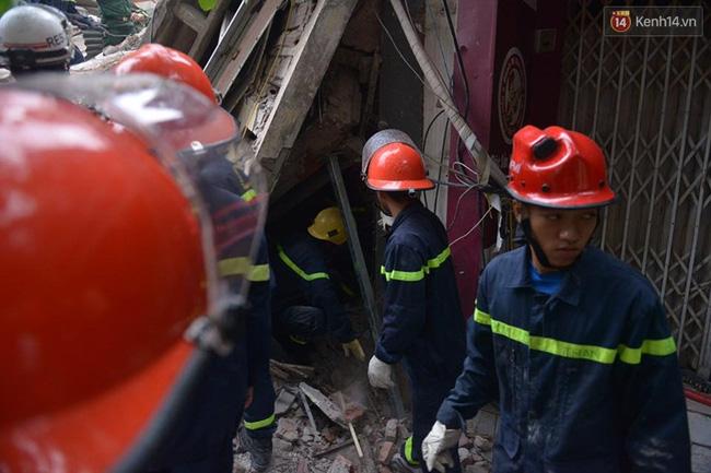 Hà Nội: Sập nhà 4 tầng giữa phố Cửa Bắc, đang giải cứu những người mắc kẹt - Ảnh 4.