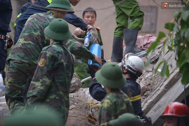 Hà Nội: Sập nhà 4 tầng giữa phố Cửa Bắc, đang giải cứu những người mắc kẹt - Ảnh 7.