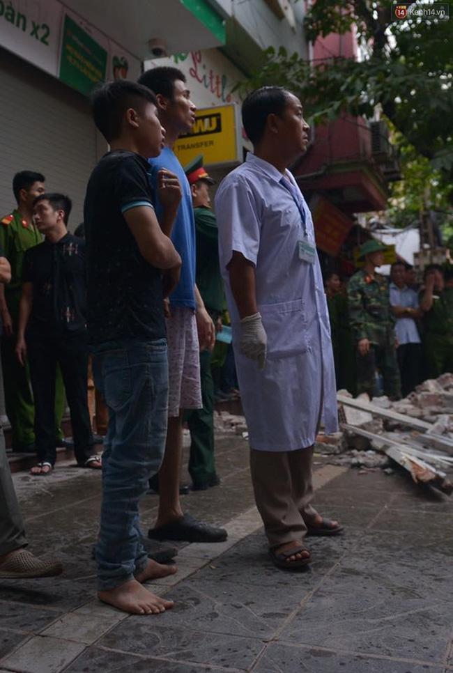 Hà Nội: Sập nhà 4 tầng giữa phố Cửa Bắc, đang giải cứu những người mắc kẹt - Ảnh 10.
