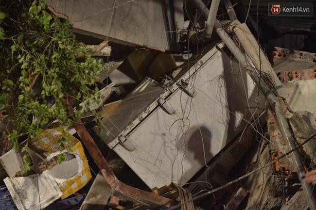 Hà Nội: Sập nhà 4 tầng giữa phố Cửa Bắc, đang giải cứu những người mắc kẹt - Ảnh 14.