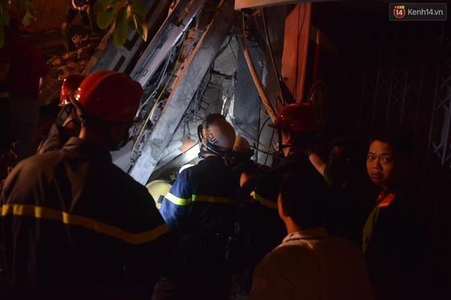 Hà Nội: Sập nhà 4 tầng giữa phố Cửa Bắc, đang giải cứu những người mắc kẹt - Ảnh 18.