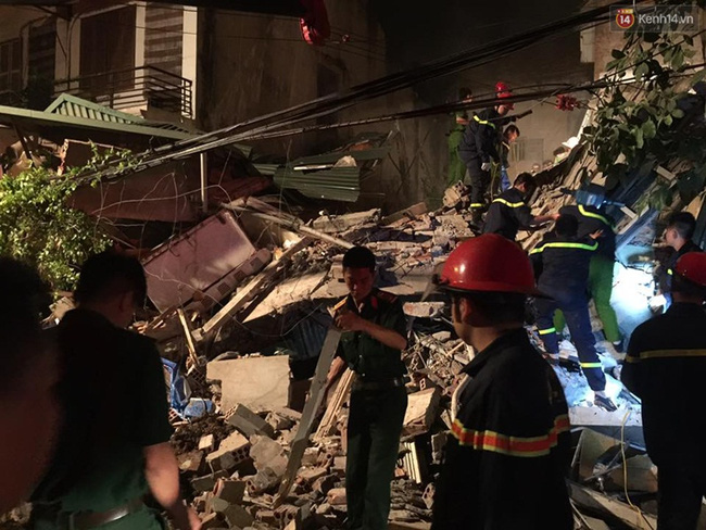 Hà Nội: Sập nhà 4 tầng giữa phố Cửa Bắc, đang giải cứu những người mắc kẹt - Ảnh 22.