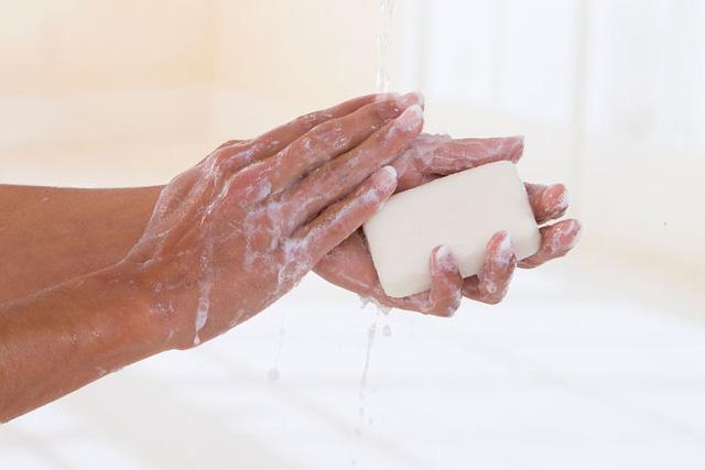 Mỹ chính thức phát lệnh cấm xà phòng diệt khuẩn vì không hiệu quả và an toàn bằng xà phòng thường - Ảnh 2.