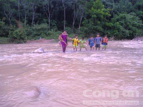 Ngày khai giảng, giáo viên vất vả cõng học sinh qua sông - Ảnh 2.