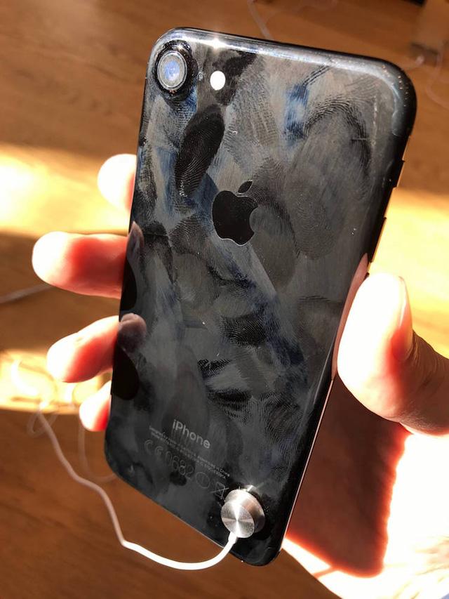 Loạt ảnh này sẽ khiến bạn bỏ ý định mua iPhone đen bóng ngay lập tức - Ảnh 3.