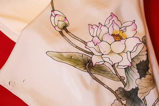 Việt Nam gửi áo dài hoa sen cho phu nhân Tổng thống Obama - Ảnh 3.