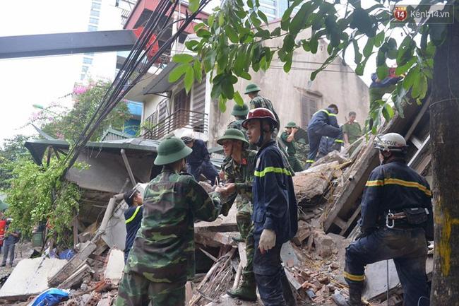 Hà Nội: Sập nhà 4 tầng giữa phố Cửa Bắc, đang giải cứu những người mắc kẹt - Ảnh 8.