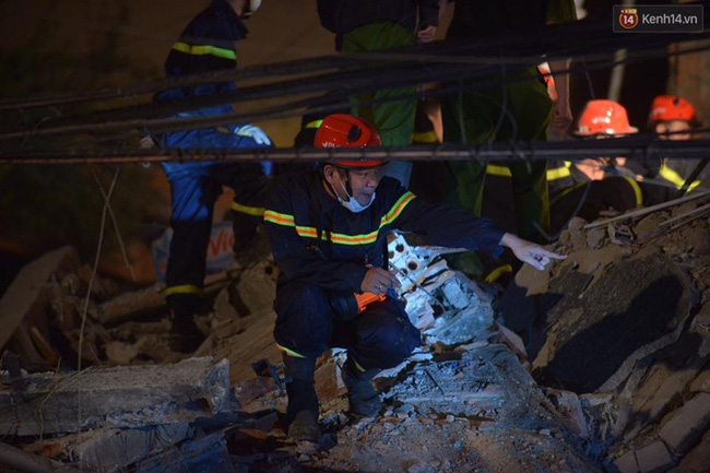 Hà Nội: Sập nhà 4 tầng giữa phố Cửa Bắc, đang giải cứu những người mắc kẹt - Ảnh 15.