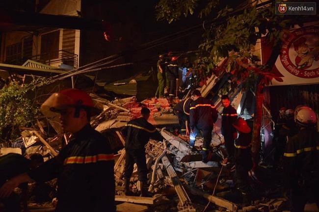 Hà Nội: Sập nhà 4 tầng giữa phố Cửa Bắc, đang giải cứu những người mắc kẹt - Ảnh 19.