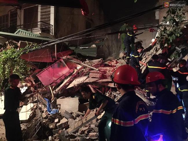 Hà Nội: Sập nhà 4 tầng giữa phố Cửa Bắc, đang giải cứu những người mắc kẹt - Ảnh 23.