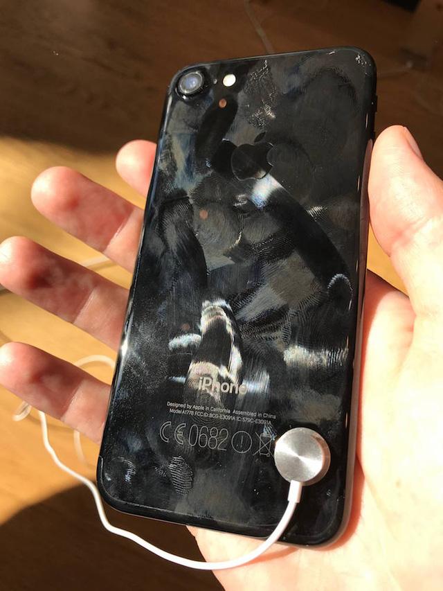 Loạt ảnh này sẽ khiến bạn bỏ ý định mua iPhone đen bóng ngay lập tức - Ảnh 4.