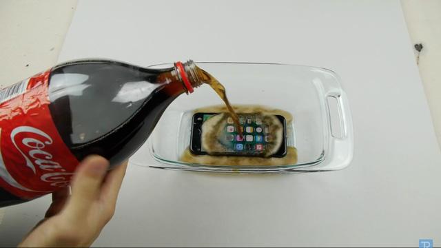 Ngâm nước là chuyện nhỏ, iPhone 7 còn có thể lặn trong Coca Cola tận 17 tiếng - Ảnh 3.