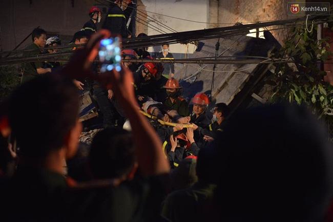 Hà Nội: Sập nhà 4 tầng giữa phố Cửa Bắc, đang giải cứu những người mắc kẹt - Ảnh 16.