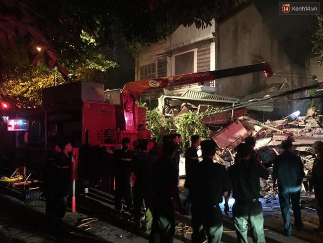 Hà Nội: Sập nhà 4 tầng giữa phố Cửa Bắc, đang giải cứu những người mắc kẹt - Ảnh 24.