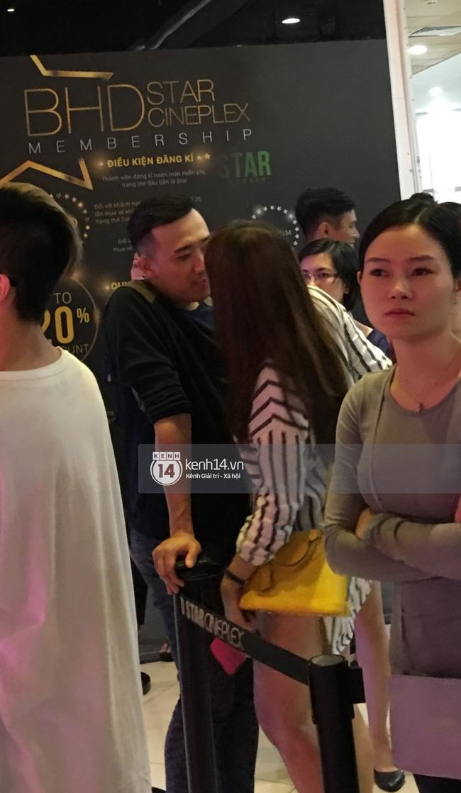 Lộ ảnh Hari Won - Trấn Thành ôm ấp bất chấp đang ở rạp chiếu phim công cộng - Ảnh 3.