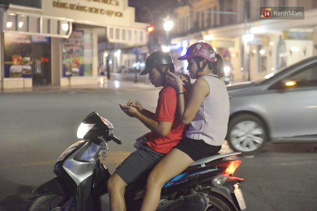 Chùm ảnh: Gần nửa đêm vẫn tắc đường vì người người đổ xô đi săn Pokemon - Ảnh 7.