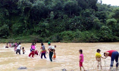 Ngày khai giảng, giáo viên vất vả cõng học sinh qua sông - Ảnh 5.