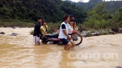 Ngày khai giảng, giáo viên vất vả cõng học sinh qua sông - Ảnh 9.