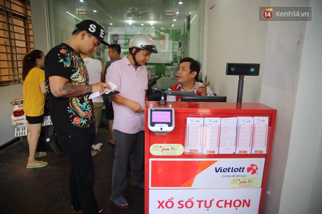Người Sài Gòn hào hứng trải nghiệm vé số tự chọn giải thưởng 12 tỷ lần đầu ra mắt - Ảnh 1.