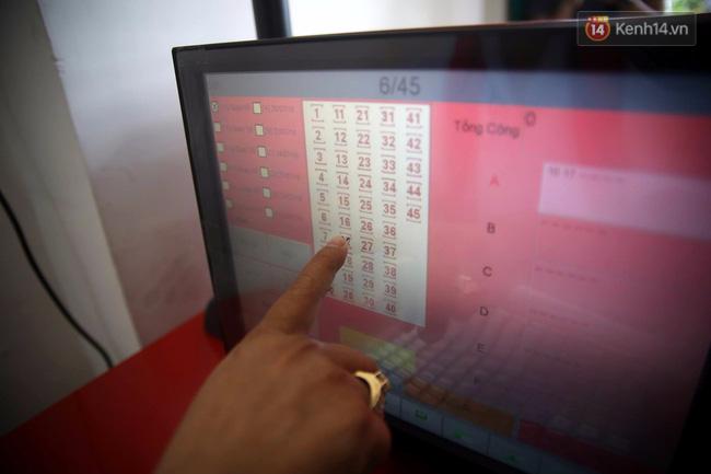 Người Sài Gòn hào hứng trải nghiệm vé số tự chọn giải thưởng 12 tỷ lần đầu ra mắt - Ảnh 6.