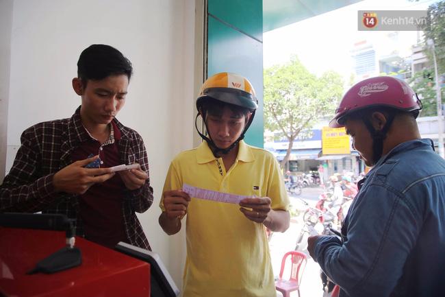 Người Sài Gòn hào hứng trải nghiệm vé số tự chọn giải thưởng 12 tỷ lần đầu ra mắt - Ảnh 4.