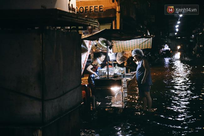 Những hình ảnh khó quên với người Sài Gòn trong trận mưa lịch sử ngày 26/9 - Ảnh 5.