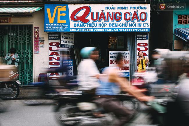 Người họa sĩ già và những tấm biển quảng cáo vẽ tay độc nhất vô nhị ở Sài Gòn - Ảnh 1.