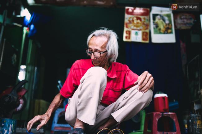 Người họa sĩ già và những tấm biển quảng cáo vẽ tay độc nhất vô nhị ở Sài Gòn - Ảnh 13.