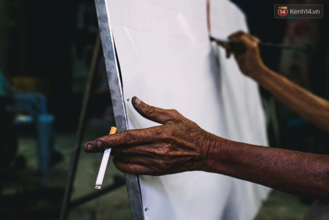 Người họa sĩ già và những tấm biển quảng cáo vẽ tay độc nhất vô nhị ở Sài Gòn - Ảnh 5.
