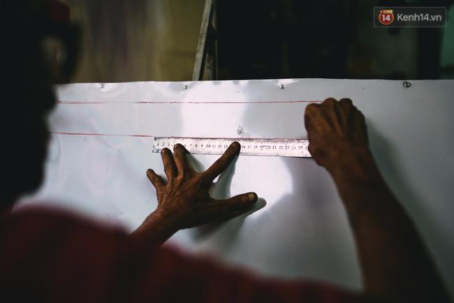 Người họa sĩ già và những tấm biển quảng cáo vẽ tay độc nhất vô nhị ở Sài Gòn - Ảnh 6.