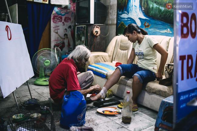 Người họa sĩ già và những tấm biển quảng cáo vẽ tay độc nhất vô nhị ở Sài Gòn - Ảnh 8.