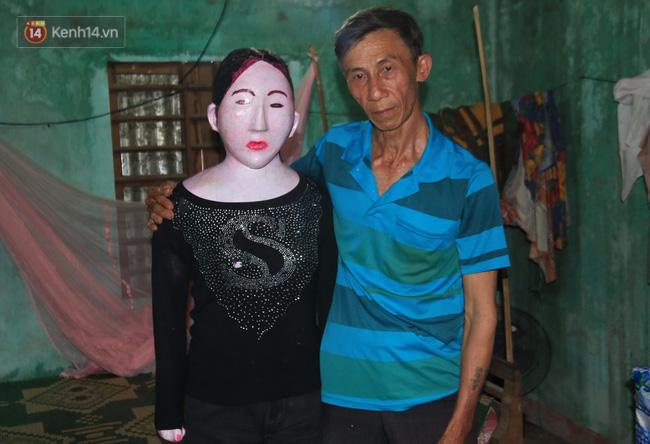 Gặp lại dị nhân Quảng Nam 13 năm vẫn ôm bức tượng chứa thi hài của vợ để ngủ - Ảnh 1.