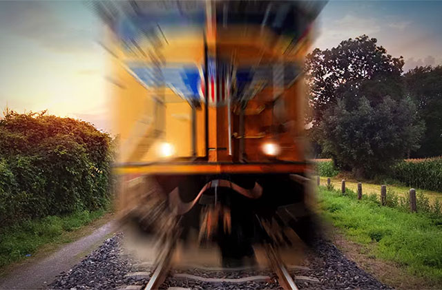 Nguy hiểm không ai biết vì lỗi đứng chờ tàu hỏa không đúng cách - Ảnh 2.