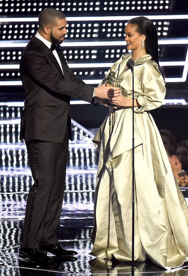 Sau 7 năm chỉ bị xem là bạn, Drake đã tỏ tình với Rihanna trước mặt cả thế giới - Ảnh 1.
