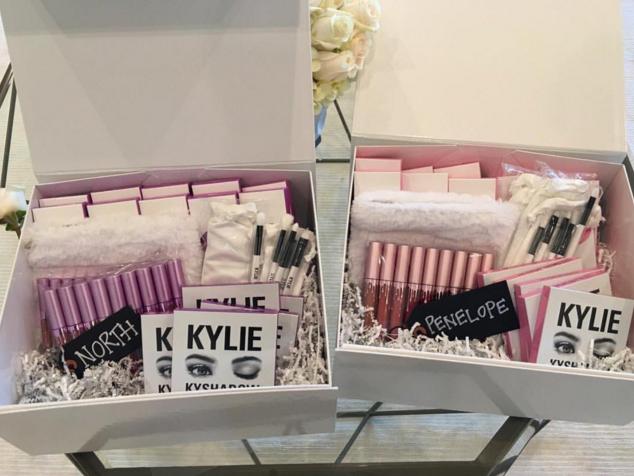 Tặng gì không tặng, Kylie Jenner lại tặng nguyên bộ son môi cho mấy đứa cháu mới lên 3! - Ảnh 2.