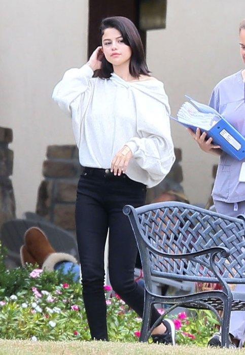 Selena Gomez bị bắt gặp hút thuốc phì phèo bên ngoài trung tâm cai nghiện - Ảnh 1.