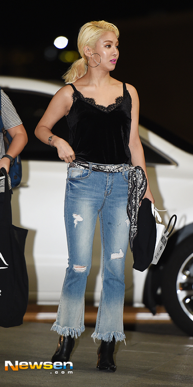 Phạm Hương mặc jeans vẫn sang như thường, Lilly Nguyễn lộ dáng thô vì đồ cá tính - Ảnh 12.