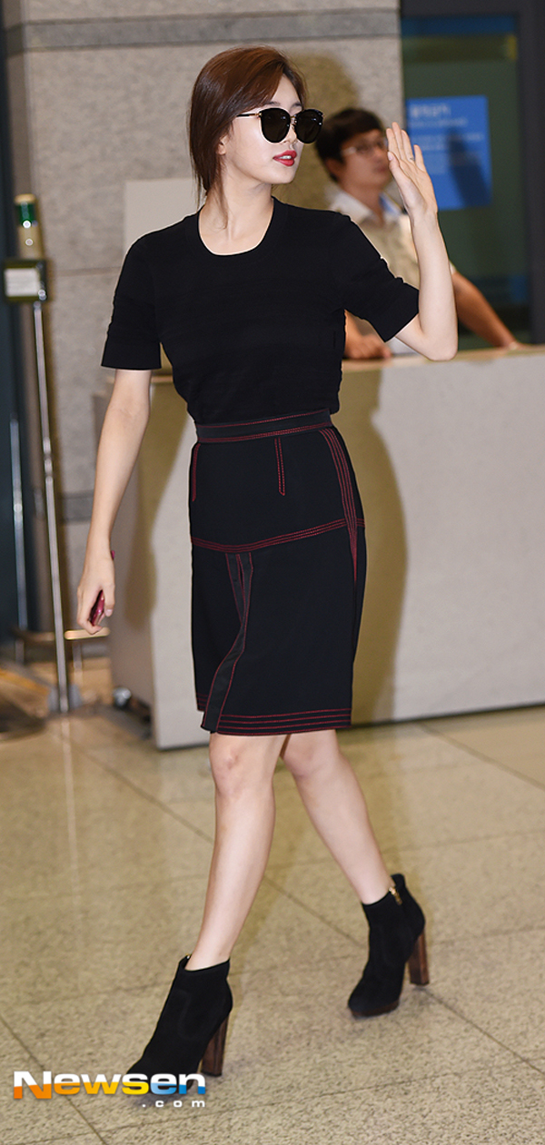 Phạm Hương diện váy xinh như công chúa, bộ đôi SNSD để lộ nội y tại sân bay - Ảnh 13.
