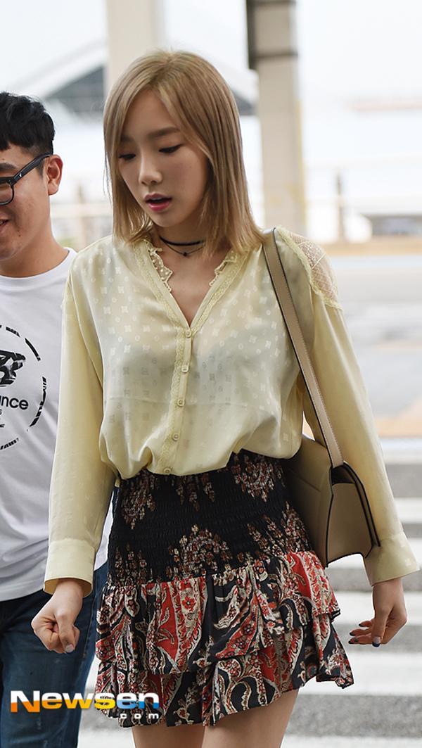 Phạm Hương diện váy xinh như công chúa, bộ đôi SNSD để lộ nội y tại sân bay - Ảnh 15.