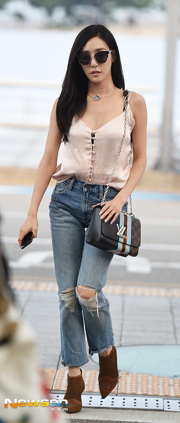 Phạm Hương diện váy xinh như công chúa, bộ đôi SNSD để lộ nội y tại sân bay - Ảnh 16.