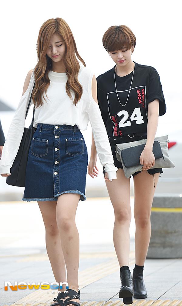 Phạm Hương diện váy xinh như công chúa, bộ đôi SNSD để lộ nội y tại sân bay - Ảnh 14.