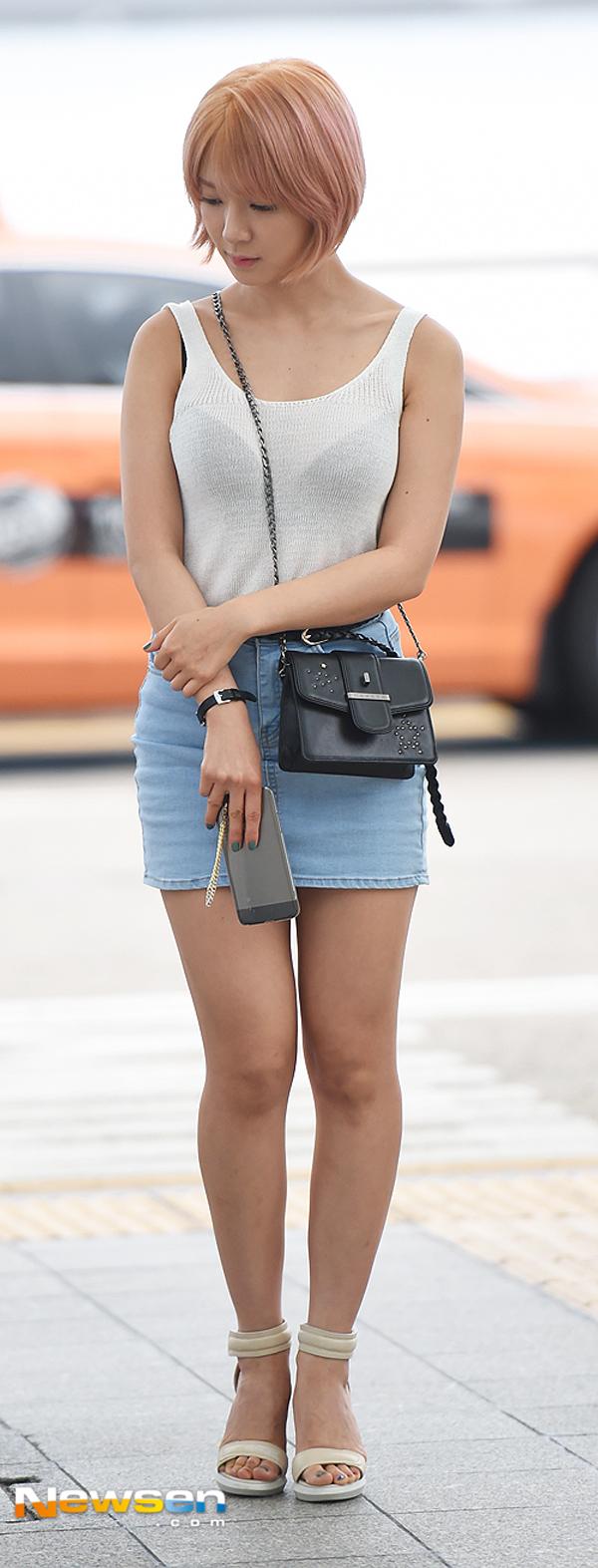 Phạm Hương diện váy xinh như công chúa, bộ đôi SNSD để lộ nội y tại sân bay - Ảnh 18.