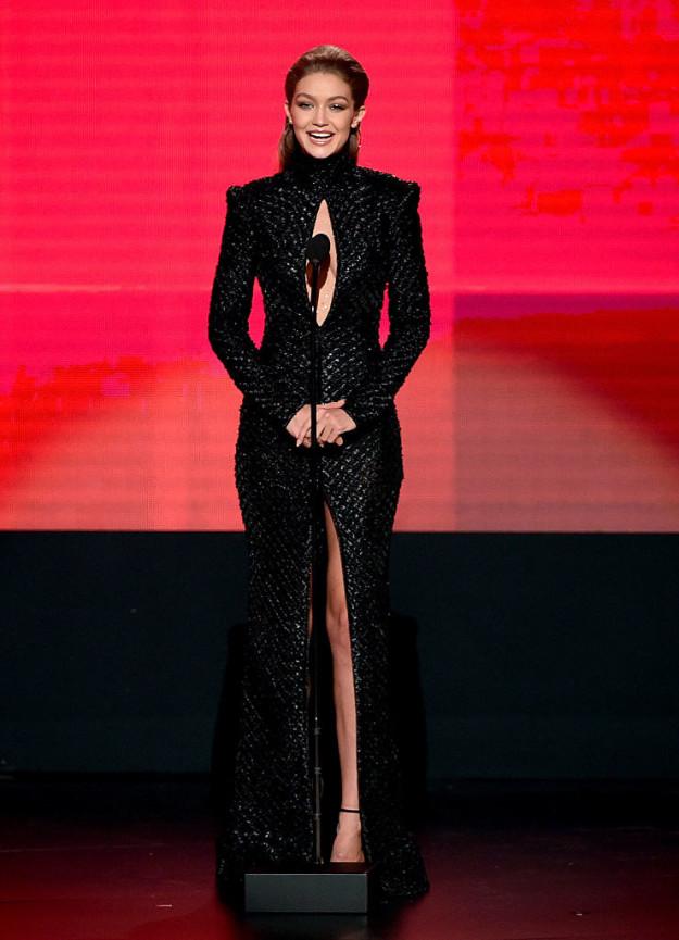 6 lần biến hóa lộng lẫy như nữ thần của Gigi Hadid ở AMA 2016 - Ảnh 11.