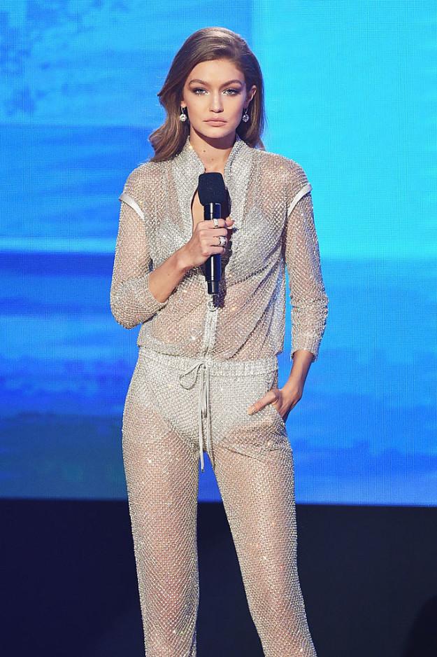 6 lần biến hóa lộng lẫy như nữ thần của Gigi Hadid ở AMA 2016 - Ảnh 13.