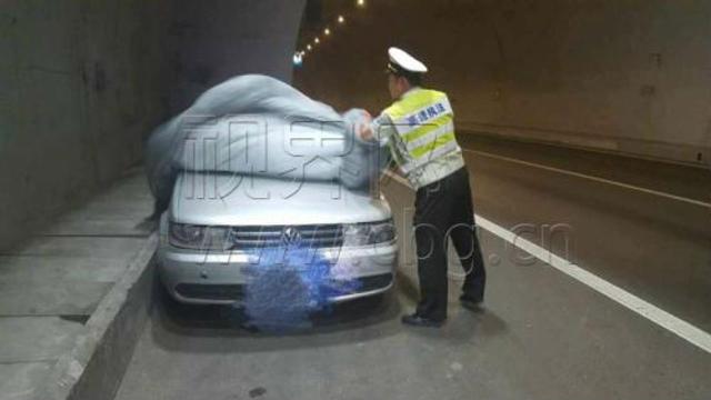 Trung Quốc: Kiểm tra xe đỗ ở làn dừng khẩn cấp, cảnh sát tá hỏa phát hiện cặp đôi truổng cời bên trong - Ảnh 1.