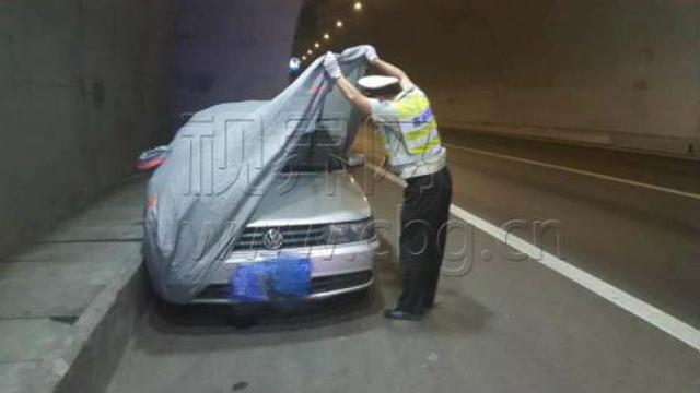 Trung Quốc: Kiểm tra xe đỗ ở làn dừng khẩn cấp, cảnh sát tá hỏa phát hiện cặp đôi truổng cời bên trong - Ảnh 2.
