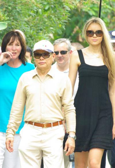 Đại gia Hoàng Kiều và Hoa hậu Thế giới 2008 Ksenia Sukhinova trong chuyến thăm đến Việt Nam vào năm 2009.
