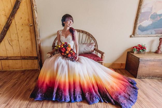 Nhuộm tóc ombre xưa rồi, giờ phải cả mặc váy cưới ombre nữa mới đúng điệu - Ảnh 1.