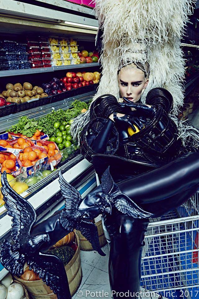 Thí sinh Next Top Mỹ ngã sấp mặt khi mang giày của Lady Gaga - Ảnh 22.