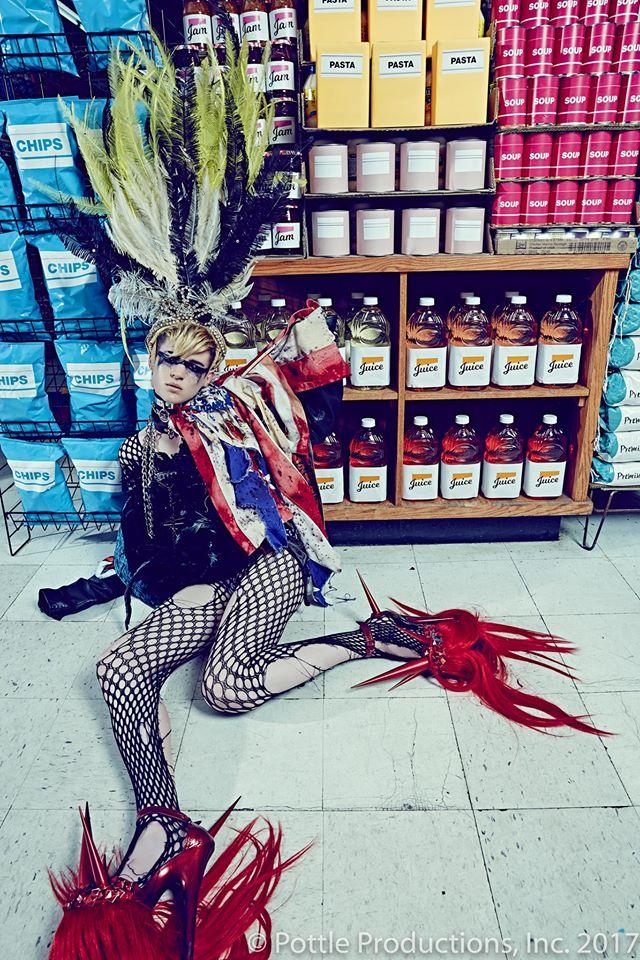 Thí sinh Next Top Mỹ ngã sấp mặt khi mang giày của Lady Gaga - Ảnh 27.